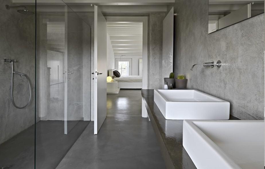 Aspect béton dans la salle de bain avec douche à l'italienne